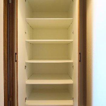 廊下にも収納スペースが隠れています。