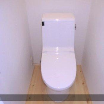 トイレももちろんリノベーション。無垢床がポイントです。※写真は前回募集時のものです