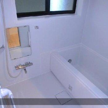 小窓付きの広めお風呂。鏡だってアリマス。※写真は前回募集時のものです
