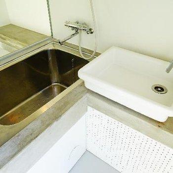 洗面台とお風呂。コンパクトな空間にギュっとね。