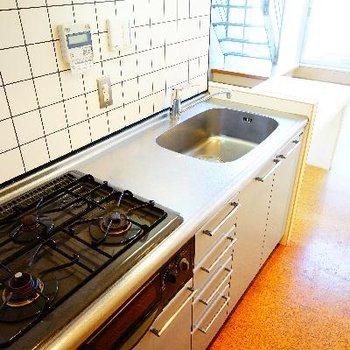 キッチンは3口ガスにグリルつき!※前回募集時の写真です