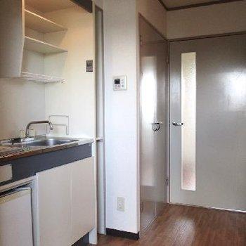 左手にキッチン。ミニ冷蔵庫付きです。