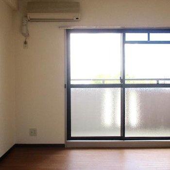 洋室7帖一面はベランダに面する窓。エアコンが付いています。