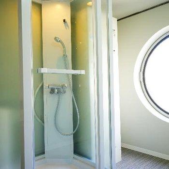 シャワールームは透けてます。