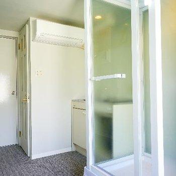 右の透けてるガラスはシャワールームになります。