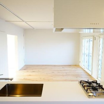対面キッチンからの眺めも良い。※写真は前回募集時