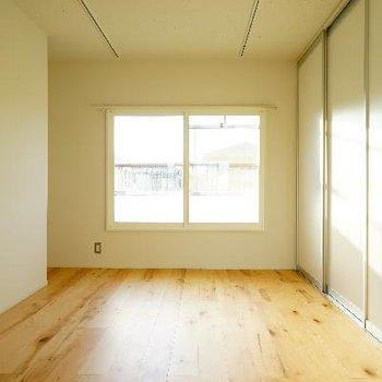 こちら寝室です。日当たり抜群。※写真は前回募集時