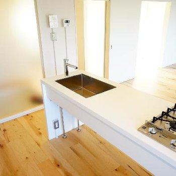 キッチンもシンプルで良いデザイン。※写真は前回募集時