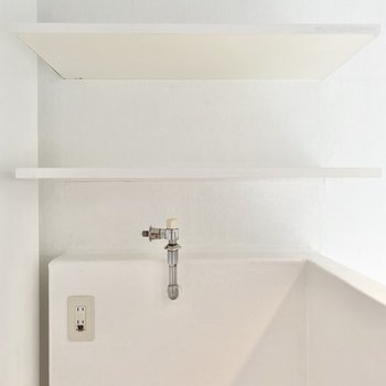上に棚があるので洗剤などを置けますね。