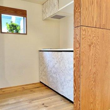 キッチンを見ていきましょう。※家具はサンプルです