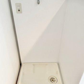 手前には洗濯機が置けます。
