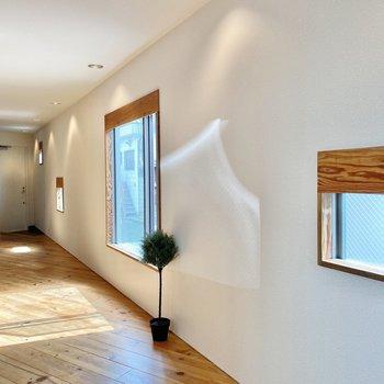 形の違う窓たちがかわいいです。※家具はサンプルです