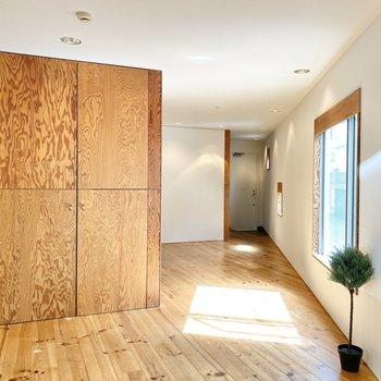 くるり。広い無垢床が気持ちいい〜!※家具はサンプルです
