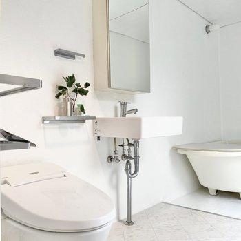 洗面台はシンプルでスタイリッシュです。※家具はサンプルです