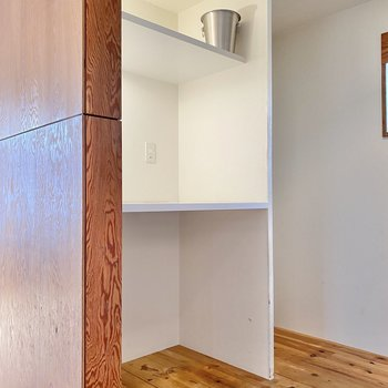 そして後ろにはレンジなどを置ける棚と冷蔵庫のスペースが。※家具はサンプルです