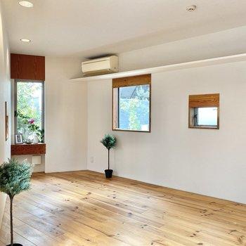 たくさんの小窓から入ってくる光が、まるで木漏れ日みたい。※家具はサンプルです