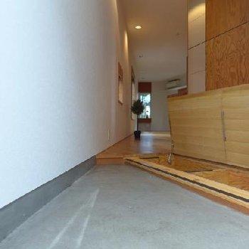 玄関の床には収納が!下駄箱ですね。