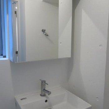 洗面台はスタイリッシュ※画像は別室
