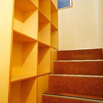 階段を下りる途中にも収納が!