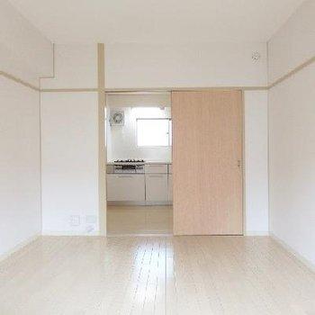 ココはキッチンに隣り合っているお部屋ですね(6帖ほど)