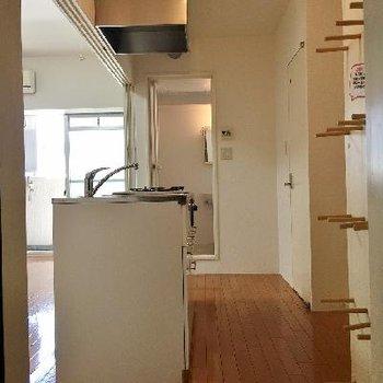 玄関の横にはフックにも棚にもなる棒が設置されてます。
