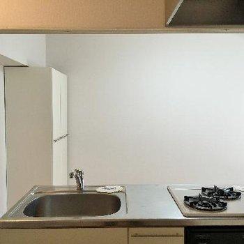 キッチンから見たお部屋ですね。