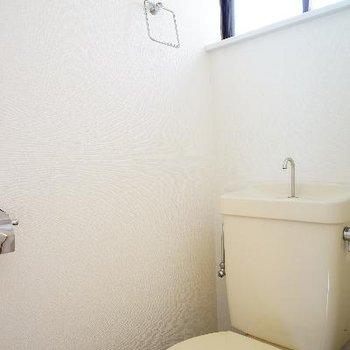 2階にもトイレあるんです!こちらも窓が♪