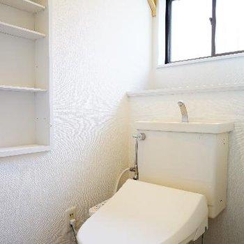 1階のトイレにはウォシュレットと窓、棚も◎