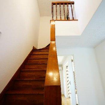 階段がレトロでいい風合い♪