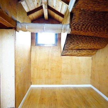 窓もあって、無垢の床で、なんだか秘密基地みたい