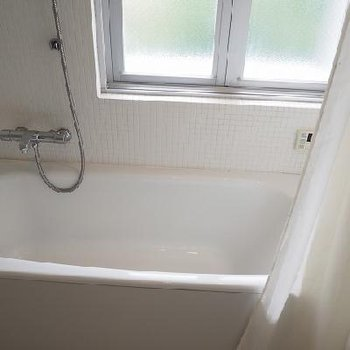 真っ白なお風呂は清潔感があって気持ちが良いですね。 ※写真は別部屋