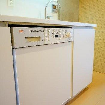 キッチンしたに洗濯機が。