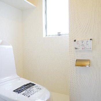 トイレも新しく、小窓も!
