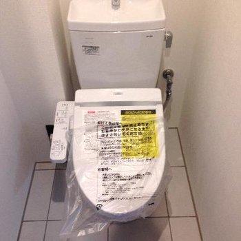 おトイレは玄関横。タイルがオシャンでした。