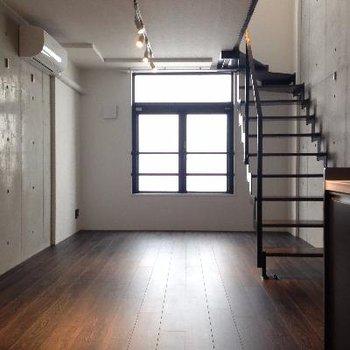 この階段を見るとテンション上がります。