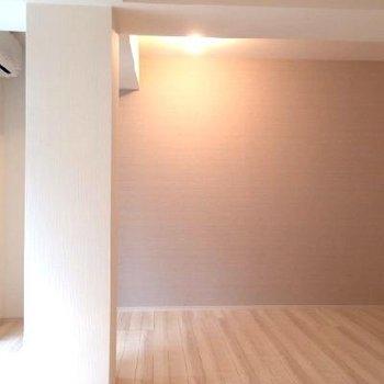 シンとしたお部屋。アクセントクロス可愛いですね。