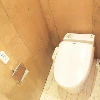 ぴかぴかのトイレ。※写真は同じ間取りの別部屋です。