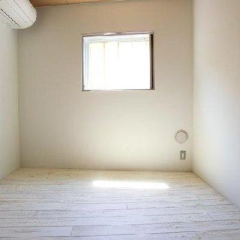 明るい居室。※写真は同じ間取りの別部屋です。