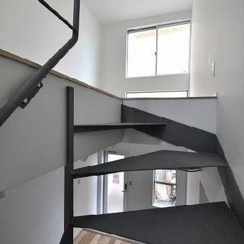 蹴り込み板のない階段がかっこいい。※写真は別部屋