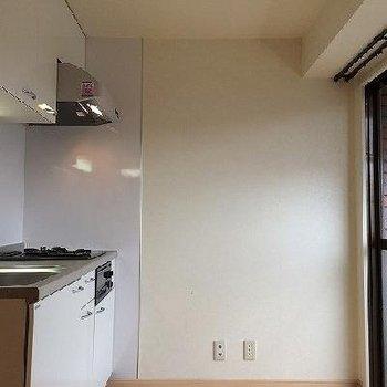シンクが広くて、3口コンロです。窓もあります。※写真は別部屋です