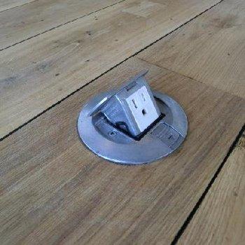床に収納式コンセントが!6箇所!どこまでも極めている。