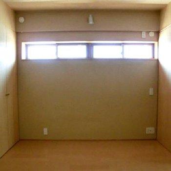 寝室の窓側。高い位置にあります。※写真は前回募集時のものです