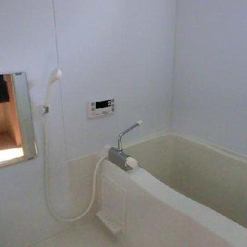 お風呂は普通。小窓付いてます!※写真は前回募集時のものです