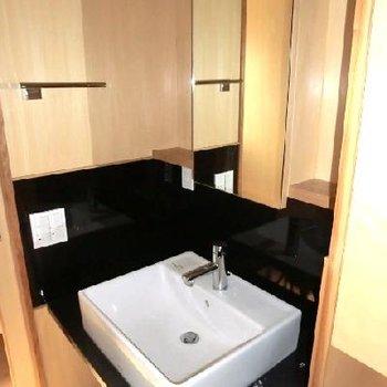 洗面台。その横は収納です◎※写真は前回募集時のものです