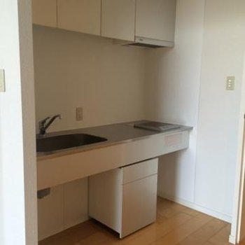 キッチン。幅広に作られていますが、電気コンロです。
