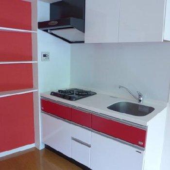 木漏れ日。キッチンの赤が素敵!