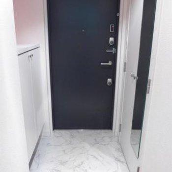 玄関にはシューズボックス!姿鏡も嬉しいポイントです!