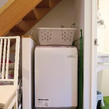 階段下には洗濯機を。