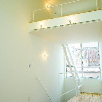2階に上がると天井高い!