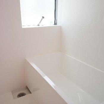 綺麗なお風呂です。窓も嬉しい。